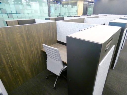 クロスオフィス日比谷_専用デスクプランの座席とキャビネット
